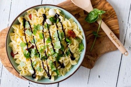Koude pasta met zongedroogde tomaten, mozzarella en basilicum