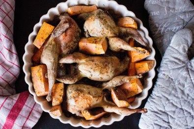 kwartels met wortels en zoete aardappel uit de oven