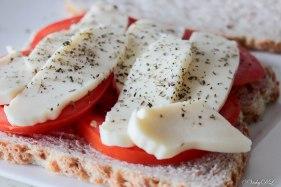 Croque tomaat-mozzarella met spiegelei