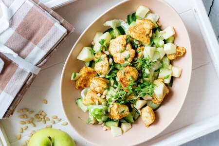 Salade met kip, appel, komkommer en yoghurtdressing