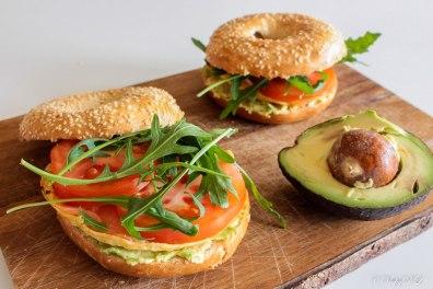 bagel met avocado, gerookte zalm en omelet
