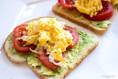 toast met avocado, tomaat en roerei