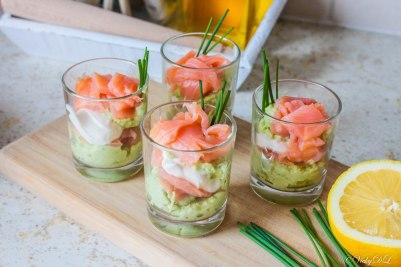 Glaasje avocadomousse met gerookte zalm en zure room