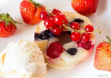 Amandelgebakjes met rood fruit