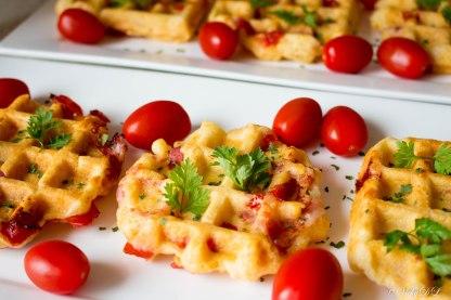 Hartige wafels met spek en tomaat