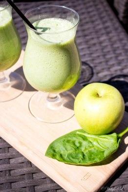smoothie van spinazie, groene appel en druiven