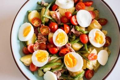 Aardappel salade met boontjes, spek en eieren