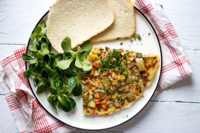 Tortilla met aardappelen, wortelen en kerstomaten