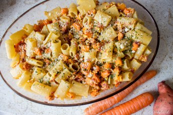 Pasta carbonara met wortelen en zoete aardappel