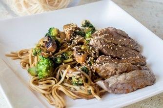 noedels biefstuk broccoli champignons
