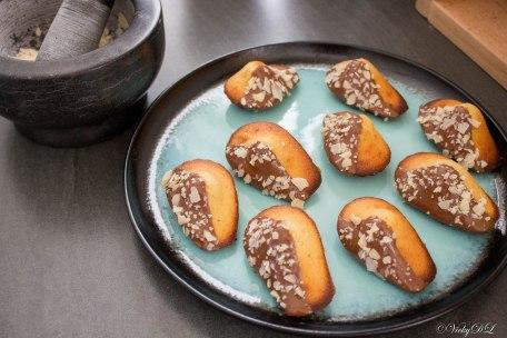 Madeleines met melkchocolade en amandelschilfers