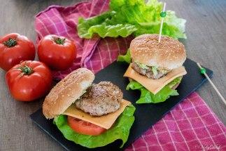 hamburgers met tomaat, cheddar en avocoda