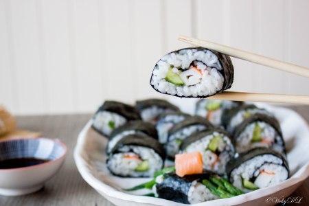 Sushi met surimi en komkommer
