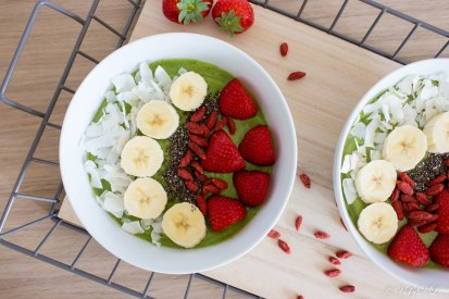 Smoothie bowl van mango, banaan, avocado en munt