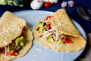 Kikkererwtenpannenkoeken met champignons, broccoli en kerstomaten