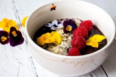 Smoothie bowl van blauwe bessen, amandelmelk en chiazaad