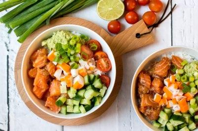Poké bowl met rijst en gemarineerde zalm