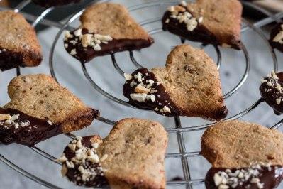Koekjes van cashewnoten en dadels met donkere chocolade