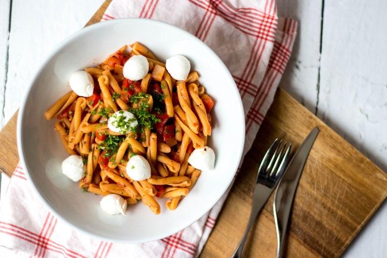 Kikkererwtenpasta met tomaat, paprika en mozzarella.