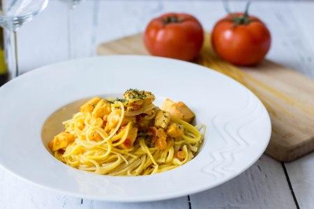 Spaghetti met tomaat-saffraansaus en zalm