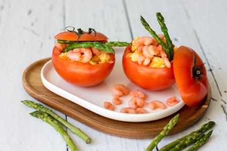 Gevulde tomaat met roerei, garnalen en groene asperges
