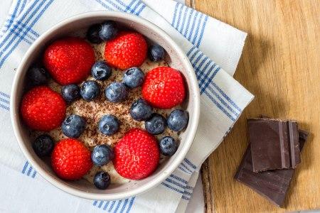 Havermout met pure chocolade, aardbeien en blauwe bessen