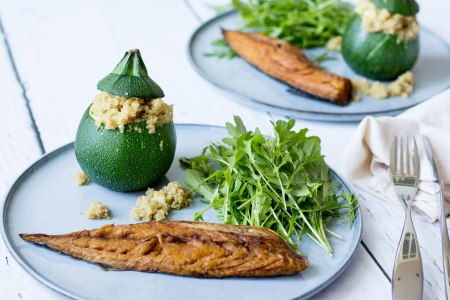 Bolcourgette met quinoa, rucola en gerookte makreelfilet