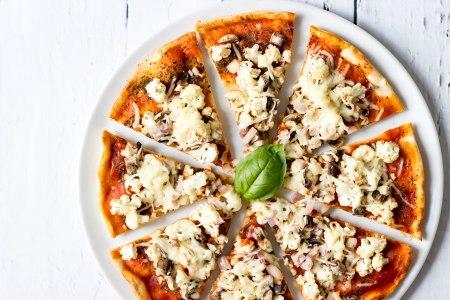 Pizza met bloemkool, champignons en basilicum