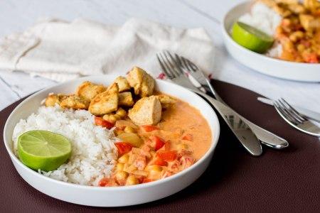 Curry van kikkererwten en tomaat met rijst en kip