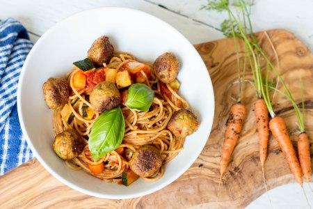 Spaghetti in tomatensaus met groenteballetjes
