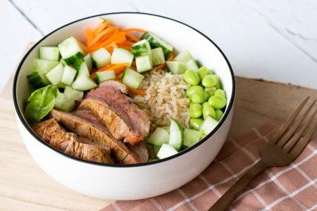 Poké bowl met zilvervliesrijst, edamame bonen en biefstuk