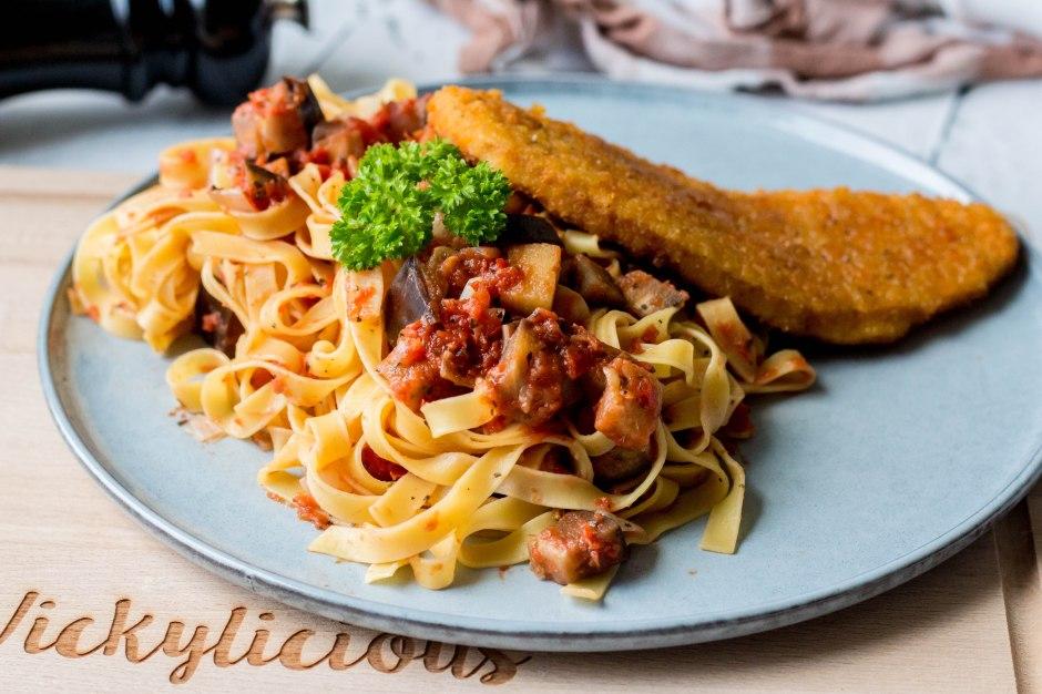 Tagliatelle met aubergine en kalkoenschnitzel