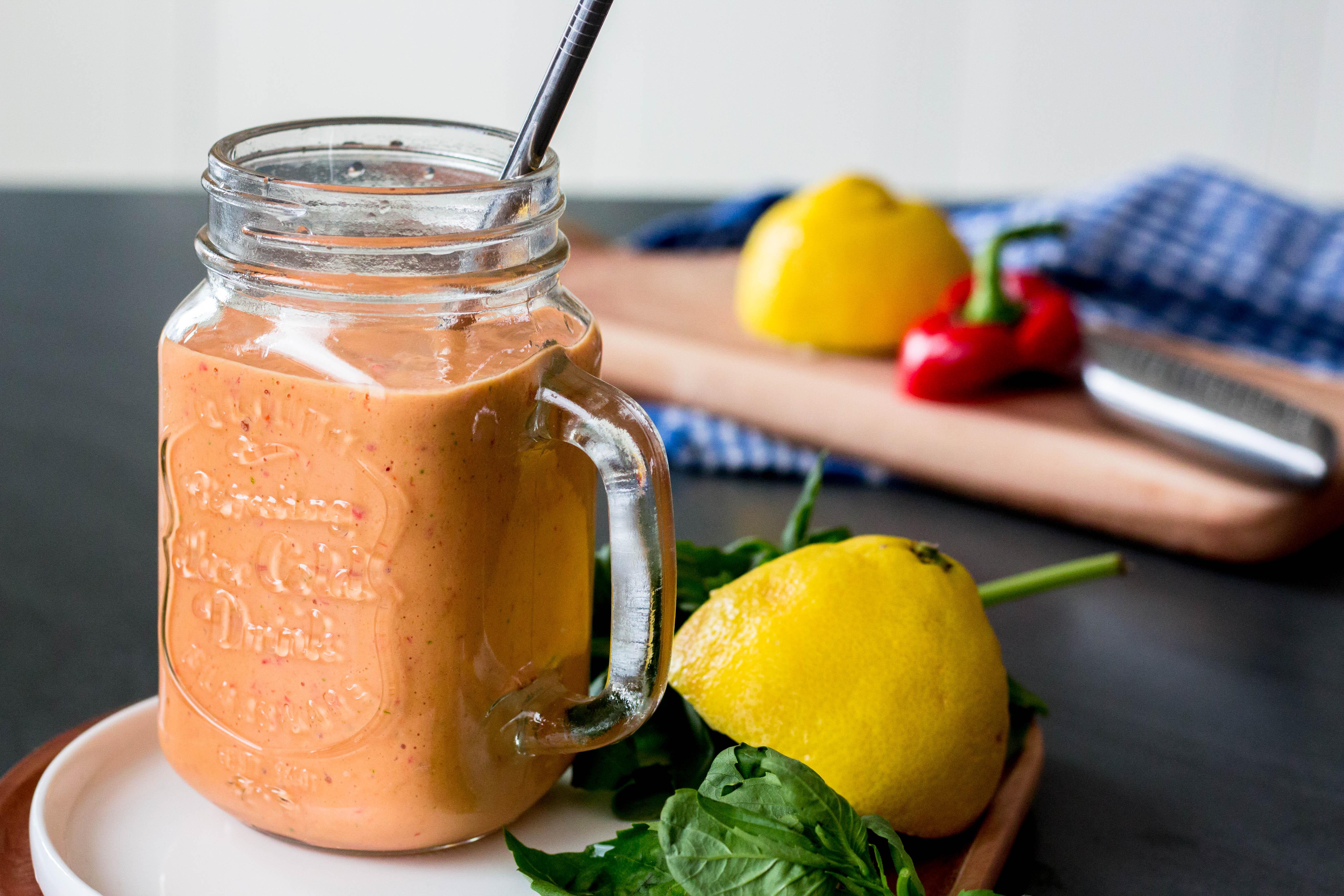 Smoothie van mango, puntpaprika, basilicum en citroen