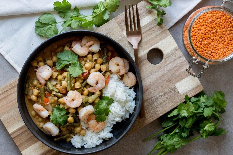 Curry met kikkererwten, linzen, boontjes en scampi's