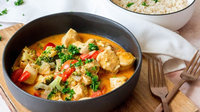Rode curry met broccoli, paprika en kip